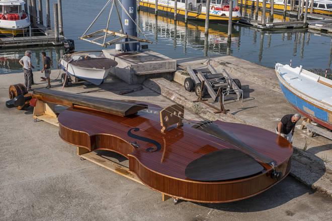 再掀打卡潮!威尼斯版「挪亞方舟」十二呎長小提琴外型意外吸睛