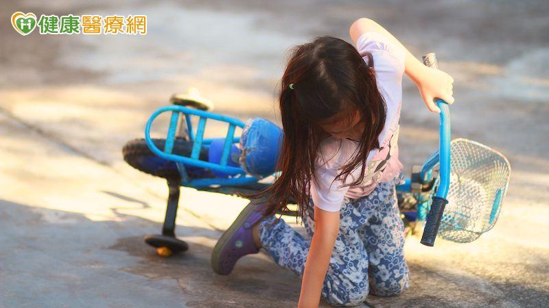 7歲女童騎腳踏車跌倒 手肘當場變形骨折
