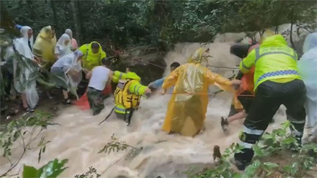 颱風哈格比重創浙江 有車卡洪水中 還有女子被強風吹走身亡
