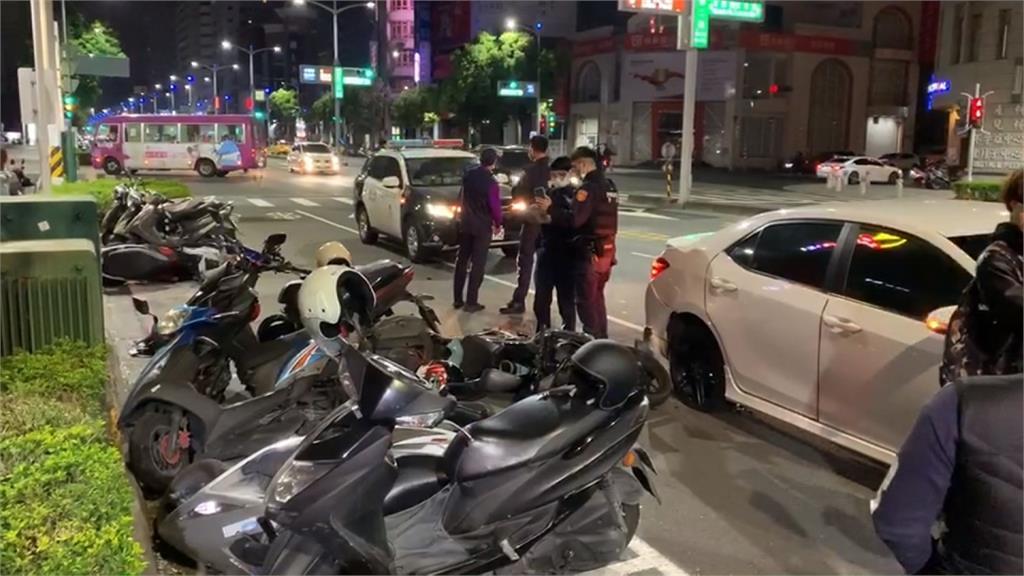 高雄深夜車禍 重機撞左轉客運車
