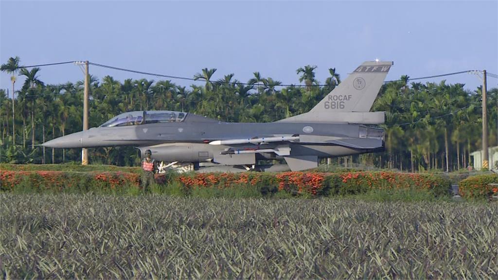 快新聞/漢光37號演習重頭戲 F-16V、幻象2000等戰機首度成功降落佳冬戰備道
