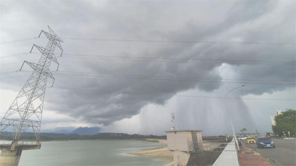 天空出現雨瀑 注水進仁義潭水庫! 大雨氣勢磅礡 攝影師大讚:很震撼