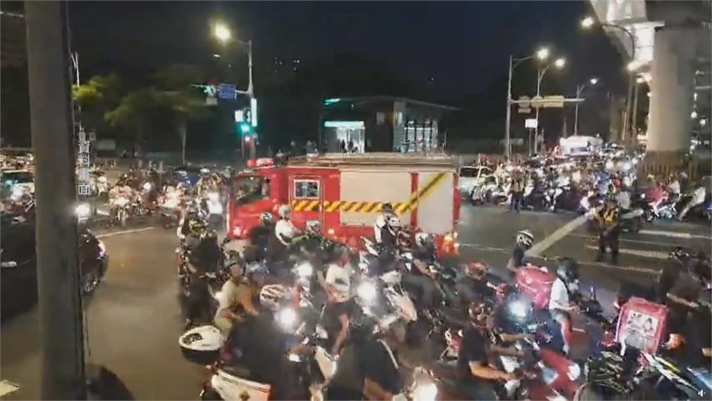 「待轉大富翁」抗議延燒 機車族高喊「還我路權」
