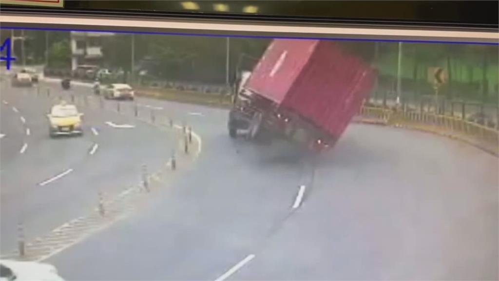貨櫃車轉彎過快貨櫃翻落溪床 險砸中2路人