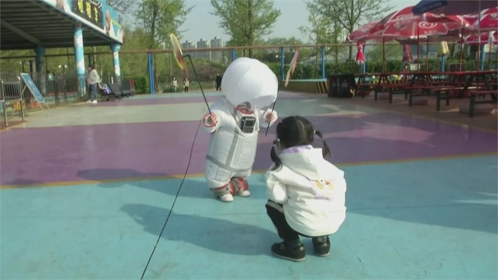 「疫」起來!上海父為兒打造 可濾空氣充氣防護衣