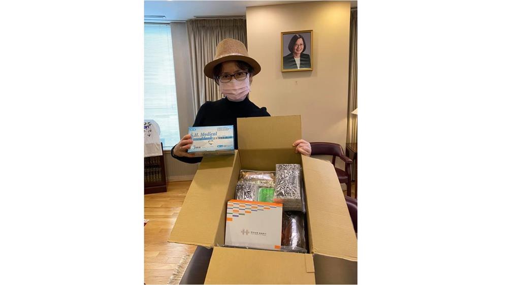 快新聞/蕭美琴秀台灣防疫物資 與蔡英文肖像同框大讚:你們的愛心來得正是時候