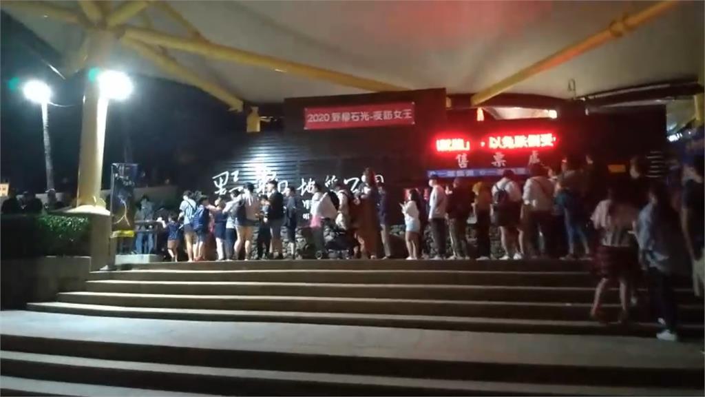 野柳「夜訪女王頭」人潮灌爆!連假首日湧3600人「遊客氣到報警」