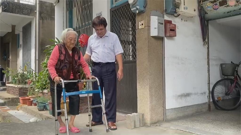最美風景再現!88歲嬤行動不便過馬路 2騎士暖心幫擋車護送