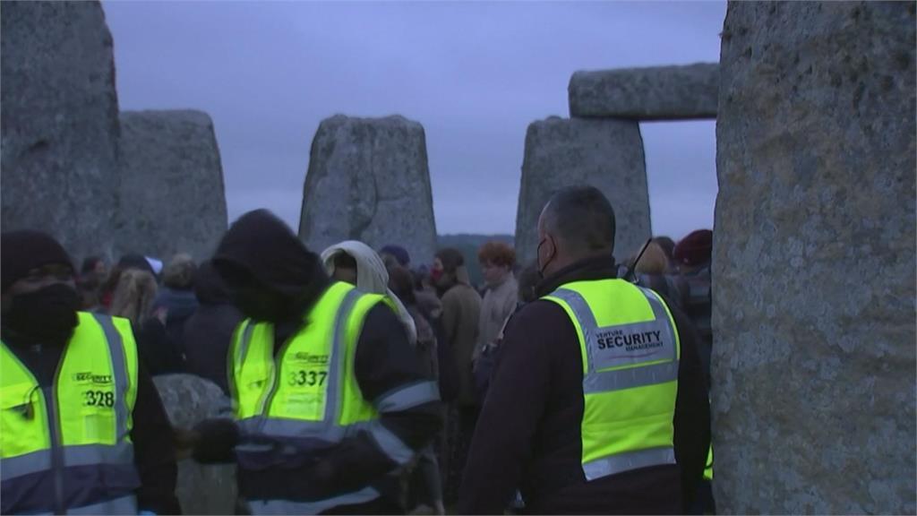 夏至到來 英民眾不顧防疫 齊聚巨石陣慶祝