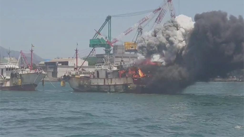漁船才出港就起火爆炸聲不斷 其它漁船協助拖回兩船員無恙