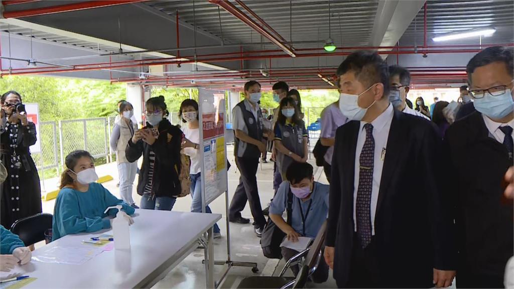 快新聞/陳時中視察防疫旅館人員打AZ疫苗 前腳剛走有民眾暈針送醫