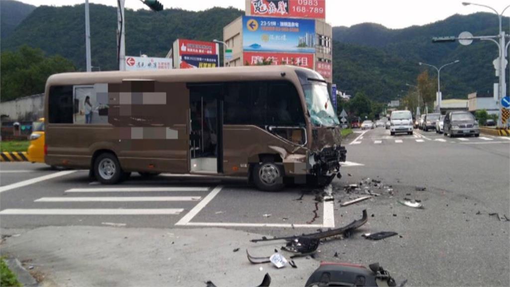 嚇死!半途殺出一輛聯結車 對向廂型車煞車不及撞上 不排除搶快釀禍
