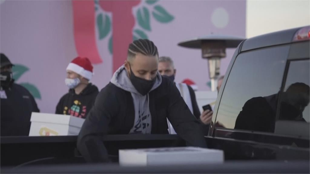 勇士隊一哥耶誕前夕送愛心 柯瑞發放物資給一千個家庭