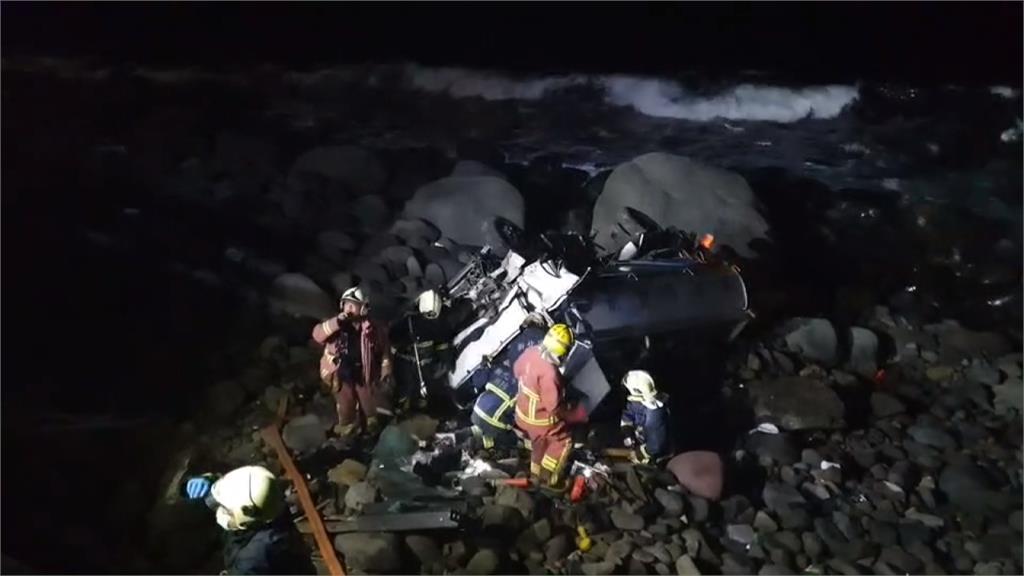 灑水車衝破護欄墜崖 駕駛受困救出送醫