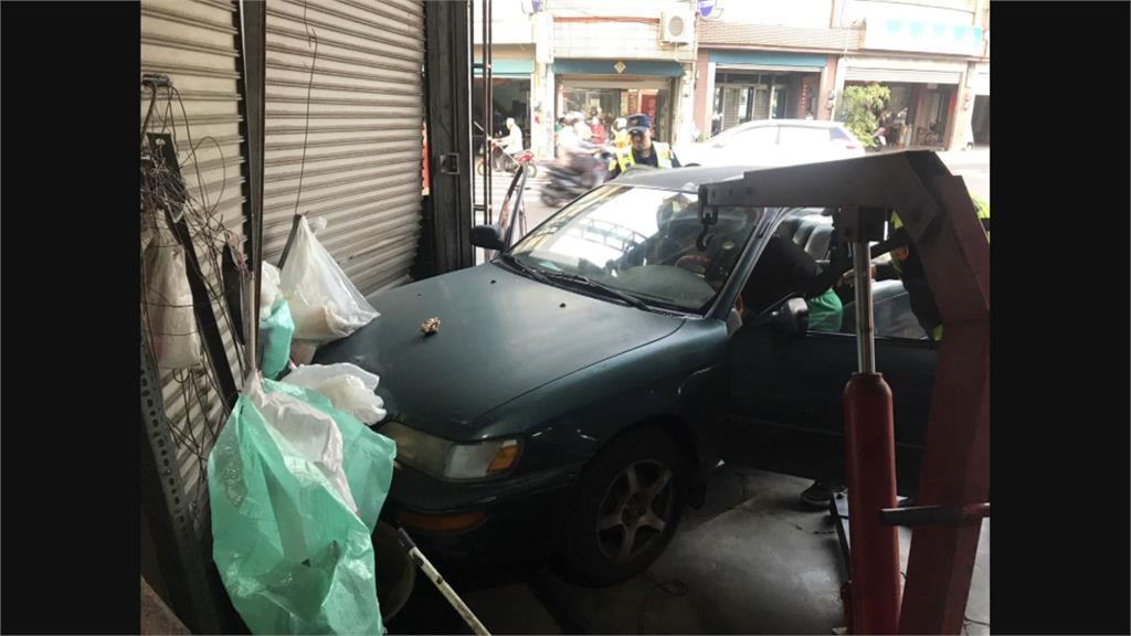 台南轎車撞民宅 54歲駕駛疑血糖控制不穩失控