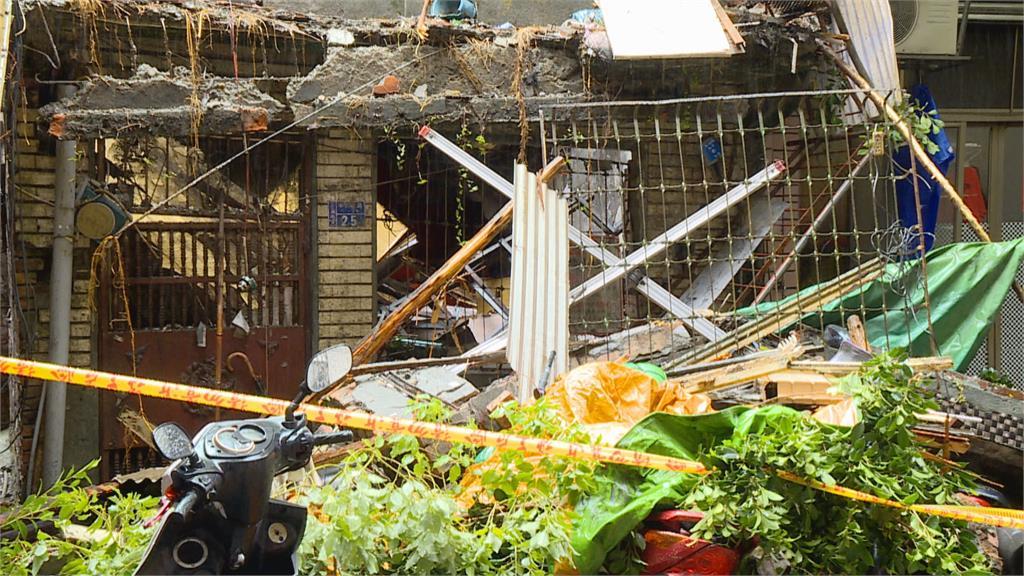 轟! 三重樹倒壓毀多台車 半夜巨響嚇醒民眾