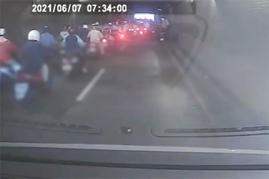 快新聞/連日大雨積水淤泥 高雄中山地下道數台機車撞成一團5傷