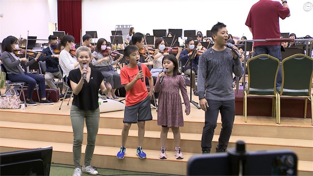 台裔百老匯演員楊呈偉 偕妻與子同台表演