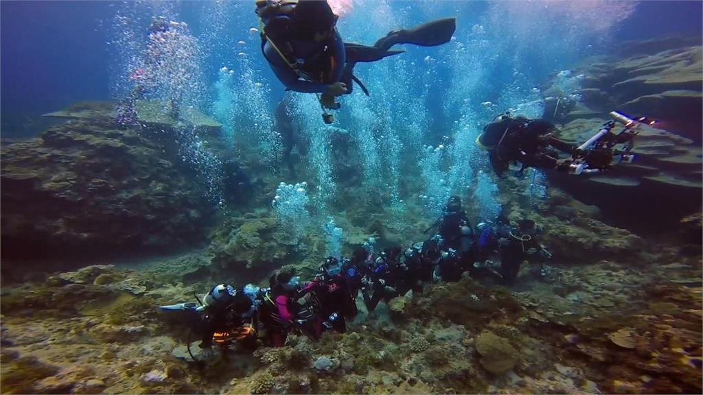 畢業典禮在海裡!綠島公館國小畢業生潛水領證書