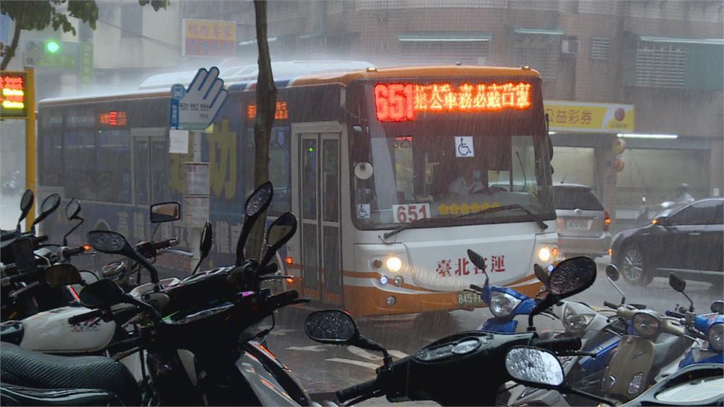 女子等下車 說時遲那時快 唉呦!公車門關上 女子飛出去