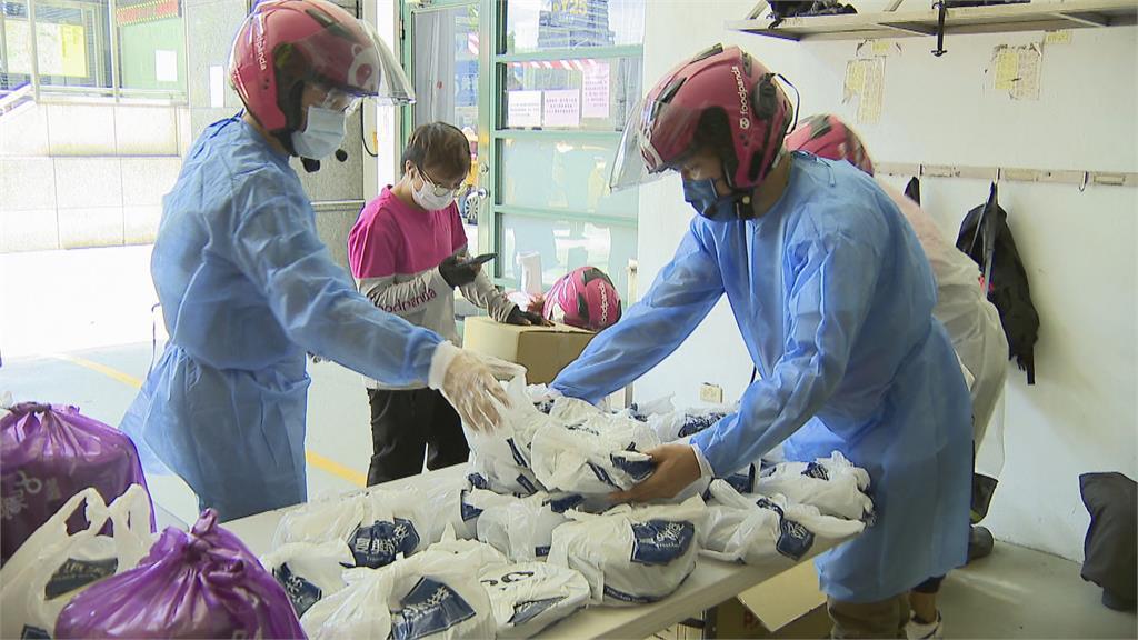 暖!外送業者自發送餐給萬華獨居長者 萬華在地商家捐愛心便當給防疫人員