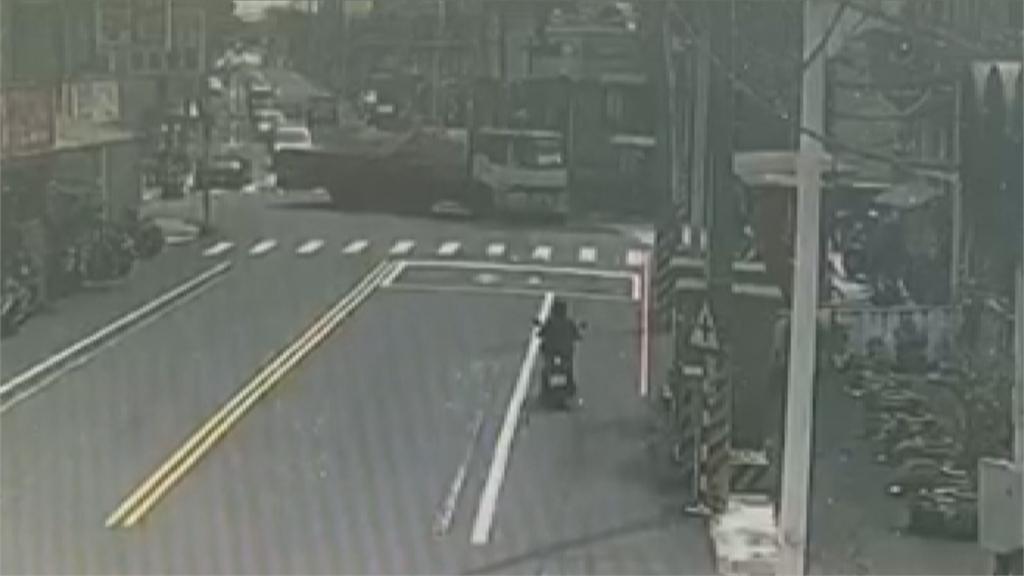 悚!大貨車疑轉彎沒禮讓   騎士遭捲入壓車底身亡