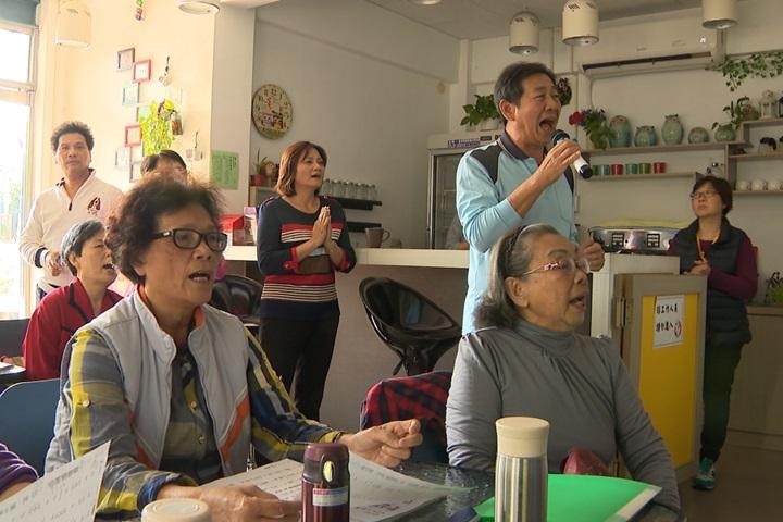 老師教學開心唱歌 「老人幼稚園」長照先行