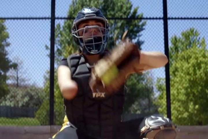 美國獨臂女壘捕手 受洋基獨臂投手啟發