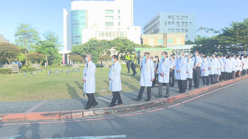 快新聞/李登輝移靈 北榮醫護人員列兩排致意