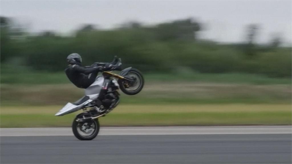 特技摩托車「翹孤輪」飆176公里 英國騎士創世界紀錄!
