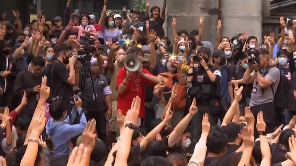 泰國怎麼了?民眾高舉「三指」爭自由 破天荒提出王室改革