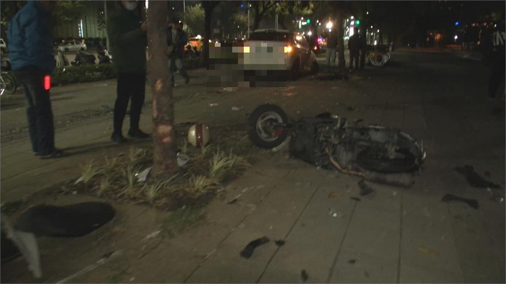 2騎士人行道聊天 慘被高速轎車撞飛  兩車擦撞波及無辜民眾