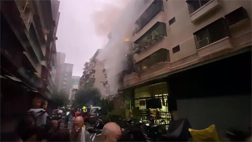 高雄暗夜火警2人受困 救出時已失去呼吸心跳