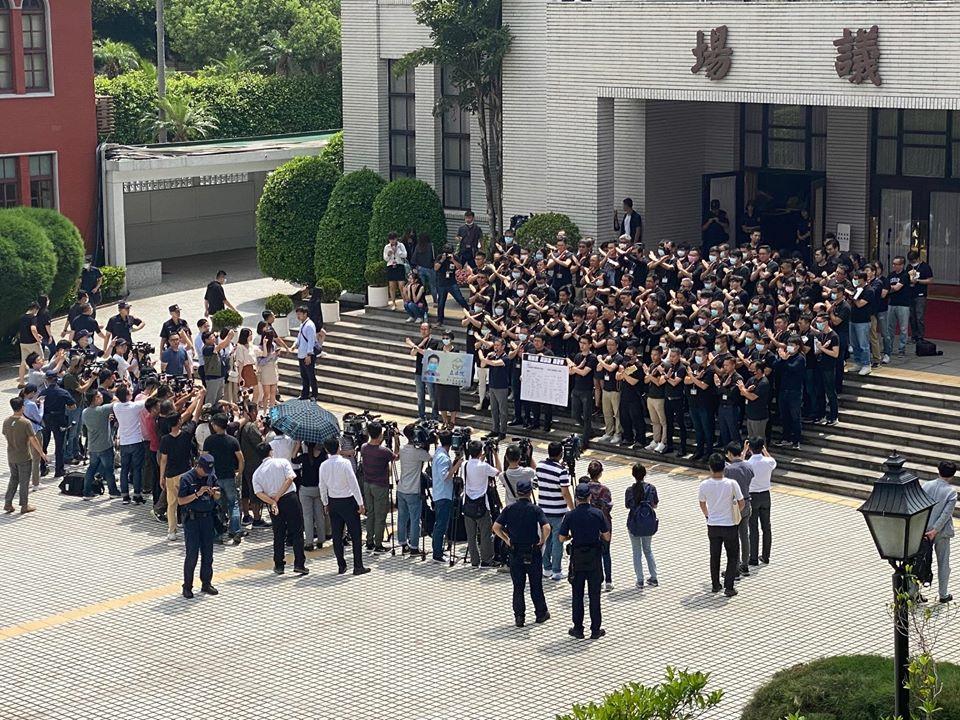 快新聞/藍營黨團動員助理穿黑衣圍議場 陳柏惟:換正常一點的老闆