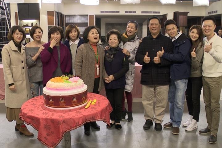 《幸福來了》收視屢創新高 演員攝影棚辦慶功宴
