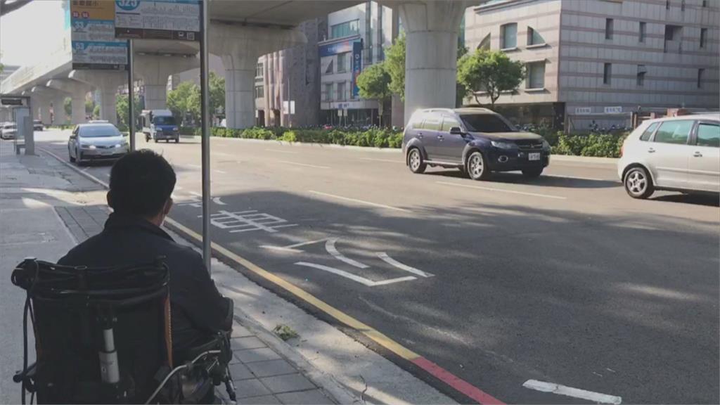 身障生坐輪椅等公車 15分鐘竟連三班拒載