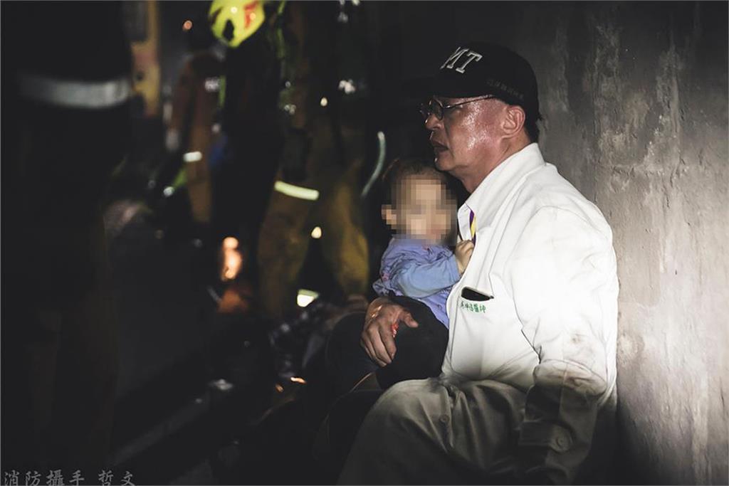 快新聞/隧道中緊抱男童默默安撫 醫師吳坤佶:沒時間思考看到一個救一個