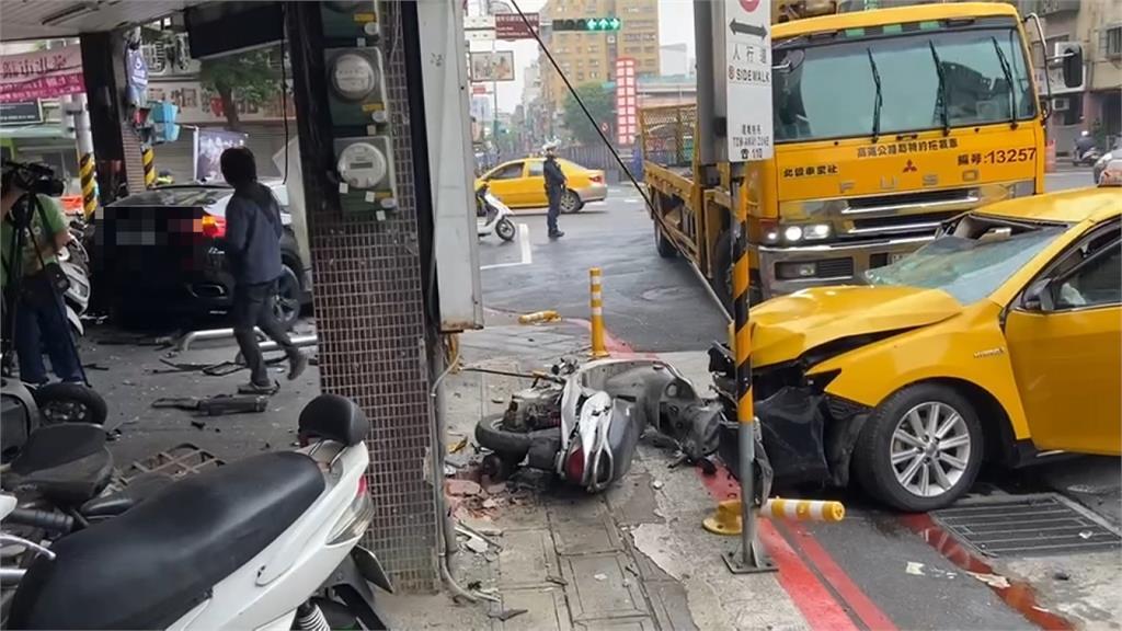 台北萬華小黃對撞休旅車 騎樓機車遭波及5傷