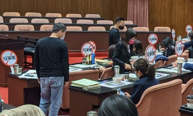 快新聞/國民黨手舉牌「這樣做」 陳柏惟臉書開酸:他們其實「禁止」反萊豬