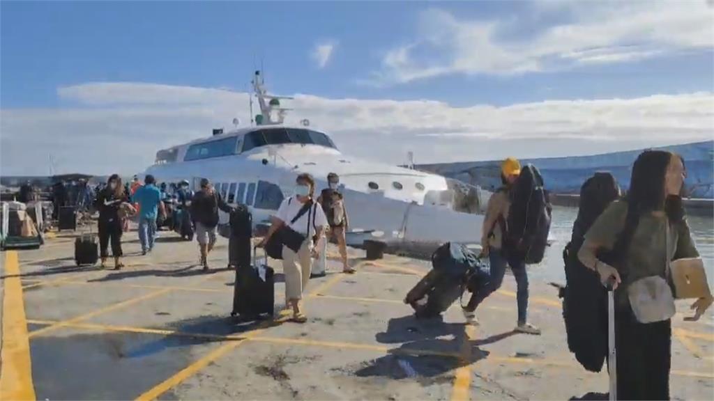 綠島停航四天 島上貨架都空了 抓緊時間加開船班運補