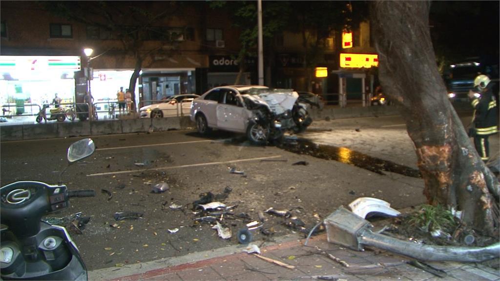 汽車轉彎處直衝上人行道 駕駛一度受困車內