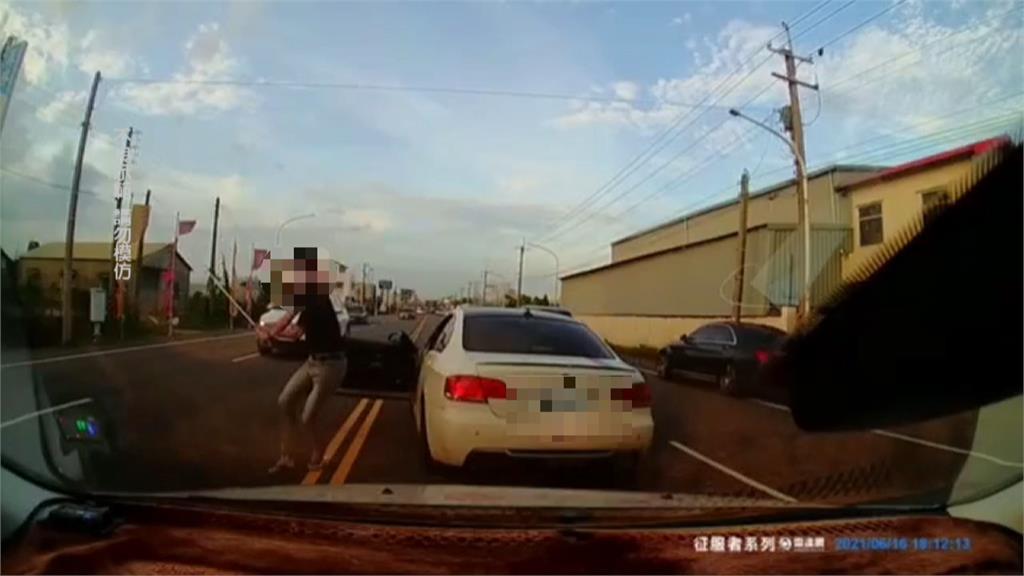 公路驚魂!火爆男逼車還拿鐵條砸車 車主嚇到要提告