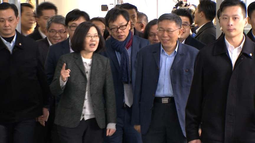 台灣價值事件後 柯文哲、蔡英文首度同台互贈紅包袋