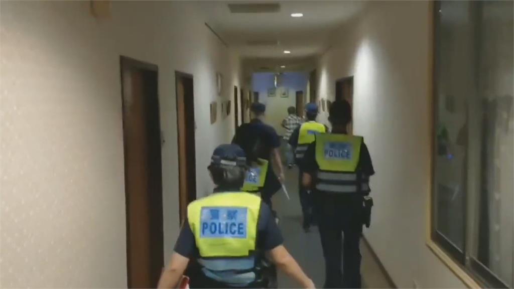 男子躲汽車旅館廁所 警臨檢意外逮到通緝犯