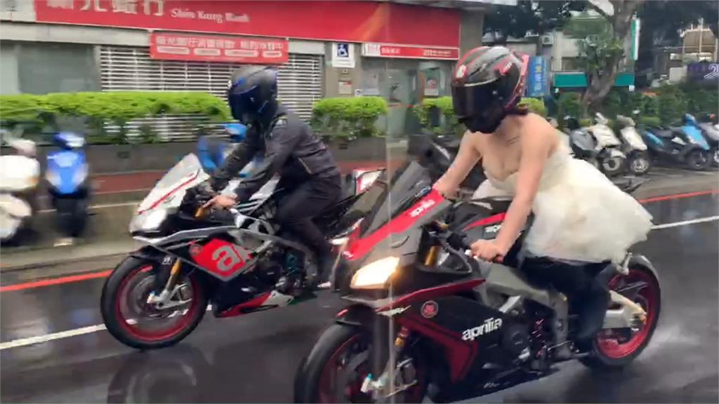 最帥氣的新娘!雨中騎紅牌重機當新娘車