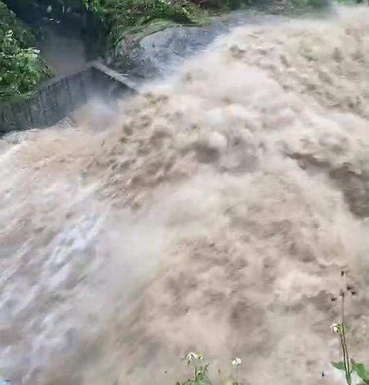 快新聞/瞬間強降雨! 台南白河、東山山區溪水暴漲畫面曝