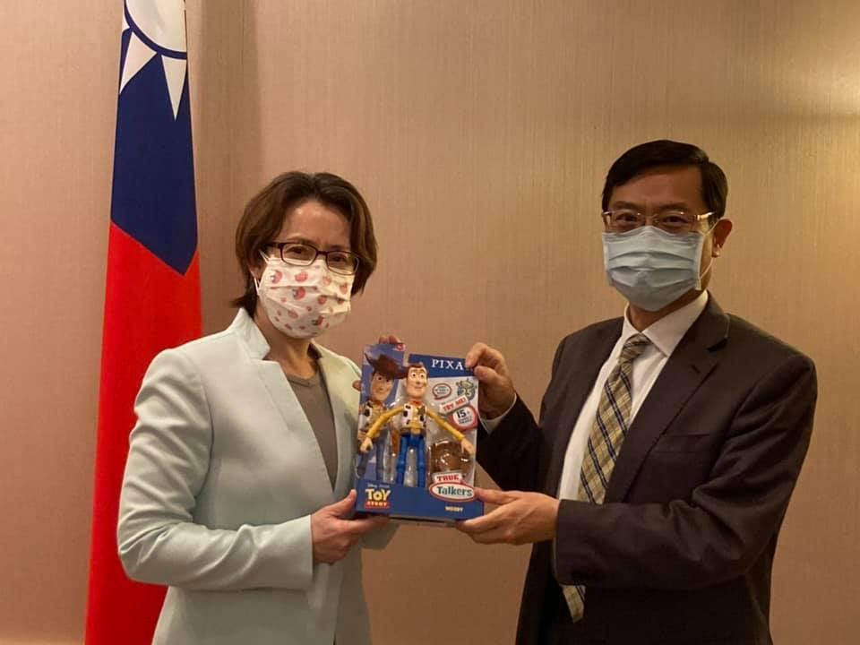 快新聞/陳正祺結束訪美任務 蕭美琴送上「真胡迪公仔」:讓他回台隔離14天有個同伴