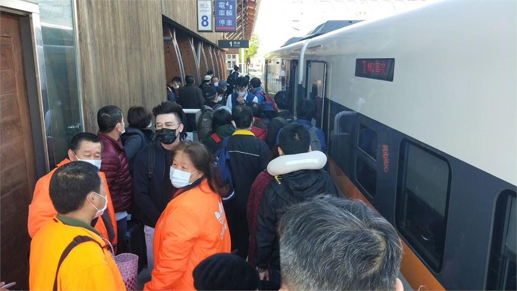 快新聞/獨家直擊! 台鐵海端站工程車撞傷3道班工人 旅客抱怨:不知道要等多久