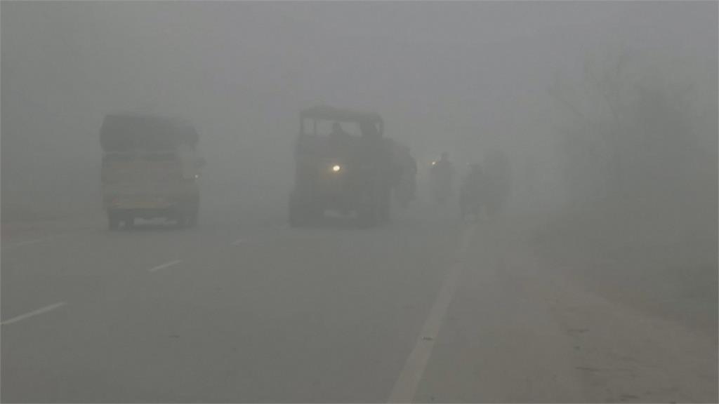 印度「濃霧夾雜空污」 民眾出門伸手不見五指
