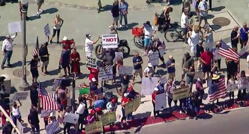數千民眾群聚 抗議加州州長防疫關海灘